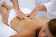 Mulher nova que tem uma massagem Fotografia de Stock Royalty Free