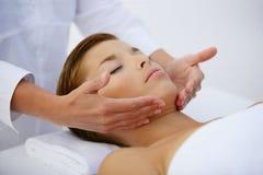Mulher nova que tem uma massagem Fotos de Stock
