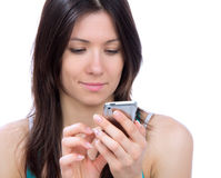 Mulher nova que texting no móbil móvel do telefone de pilha Fotografia de Stock Royalty Free
