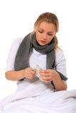 Mulher nova que toma fármacos Imagens de Stock