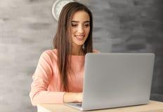 Mulher nova que trabalha com portátil fotos de stock royalty free