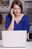 Mulher nova que trabalha da HOME Fotografia de Stock Royalty Free