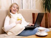 Mulher nova que trabalha em casa Fotos de Stock Royalty Free