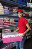 Mulher nova que trabalha em uma loja da caixa de presente Fotografia de Stock Royalty Free