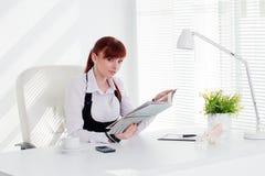 Mulher nova que trabalha no escritório imagens de stock royalty free