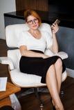 Mulher nova que trabalha no escritório fotos de stock royalty free