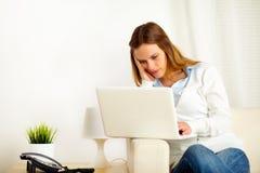 Mulher nova que trabalha no portátil Imagens de Stock Royalty Free