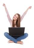 Mulher nova que trabalha no portátil Fotografia de Stock Royalty Free