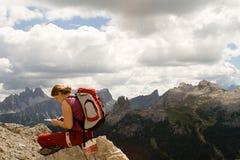 Mulher nova que trekking Foto de Stock Royalty Free