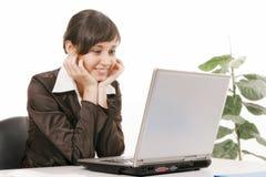 Mulher nova que usa o computador imagem de stock royalty free