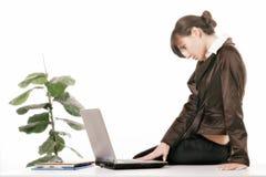 Mulher nova que usa o computador imagem de stock