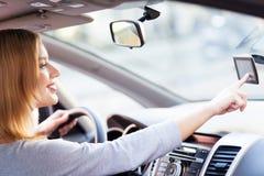 Mulher nova que usa o GPS Fotografia de Stock
