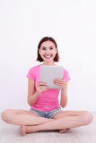 Mulher nova que usa o PC da tabuleta Imagens de Stock Royalty Free