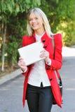 Mulher nova que usa o PC da tabuleta ao ar livre Foto de Stock