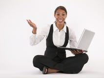 Mulher nova que usa o portátil Fotografia de Stock