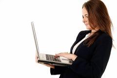 Mulher nova que usa o portátil fotos de stock royalty free