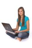 Mulher nova que usa o portátil Fotos de Stock