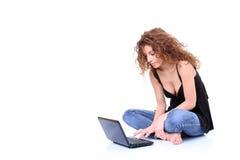 Mulher nova que usa o portátil Imagens de Stock