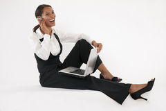 Mulher nova que usa o portátil e o dente azul Imagem de Stock Royalty Free