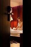 Mulher nova que usa o portátil no hotel Imagem de Stock