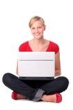 Mulher nova que usa o portátil Imagens de Stock Royalty Free
