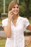 Mulher nova que usa o telefone de pilha Foto de Stock Royalty Free