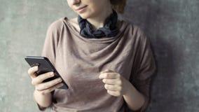 Mulher nova que usa o telefone m?vel foto de stock