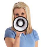 Mulher nova que usa um megafone Fotografia de Stock