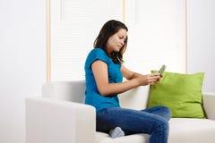 Mulher nova que usa um PC da tabuleta Fotografia de Stock