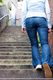 Mulher nova que vai acima as escadas Imagens de Stock Royalty Free