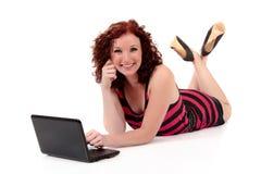 Mulher nova red-haired bonita fotografia de stock royalty free