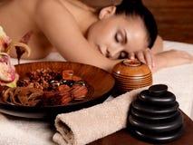 A mulher nova relaxa no salão de beleza dos termas da beleza Fotografia de Stock Royalty Free