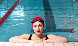 Mulher nova relaxada na piscina. imagens de stock