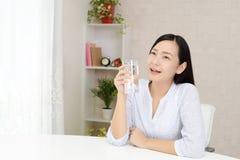 Mulher nova Relaxed imagens de stock