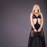 Mulher nova séria da fôrma com auscultadores Fotografia de Stock Royalty Free