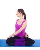Mulher nova saudável que exercita na ginástica Imagens de Stock