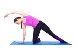Mulher nova saudável que exercita na ginástica Foto de Stock Royalty Free