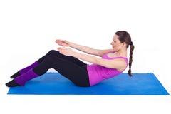Mulher nova saudável que exercita na ginástica Imagem de Stock