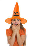 Mulher nova Scared no chapéu de Halloween fotos de stock royalty free