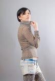 Mulher nova sedutor na camisa do leopardo Fotos de Stock Royalty Free