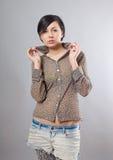 Mulher nova sedutor na camisa do leopardo Fotografia de Stock Royalty Free