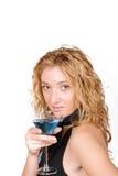 Mulher nova sedutor que mantem um Martini de vidro imagem de stock royalty free