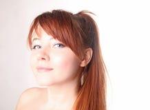 Mulher nova sensual com cabelo vermelho longo bonito Fotos de Stock