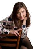 A mulher nova senta-se na cadeira. foto de stock