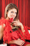 A mulher nova 'sexy' bonita que prende um vermelho levantou-se Fotografia de Stock Royalty Free