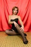 Mulher nova 'sexy' que senta-se no assoalho Fotografia de Stock