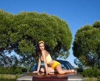 A mulher nova 'sexy' senta-se no carro retro Fotos de Stock Royalty Free