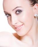 Mulher nova skittish de sorriso imagem de stock royalty free