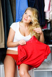 Mulher nova sonhadora que senta-se no wardrobe imagem de stock royalty free