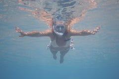 Mulher nova subaquática. Fotografia de Stock